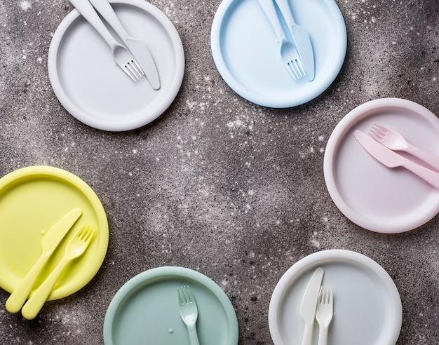 Platos de plástico de colores para el picnic de verano.