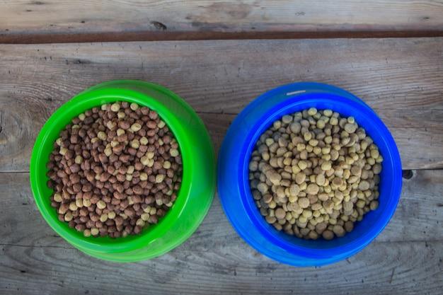 Platos rellenos de pellets comida equilibrada para perros