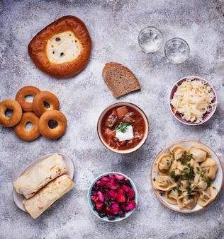 Platos rusos tradicionales, dulces y vodka.