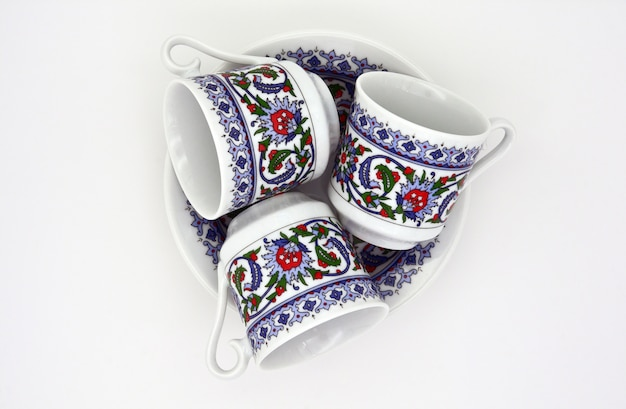 Platos y tazas sobre un fondo blanco. juego de café turco. aislado. vista desde arriba.