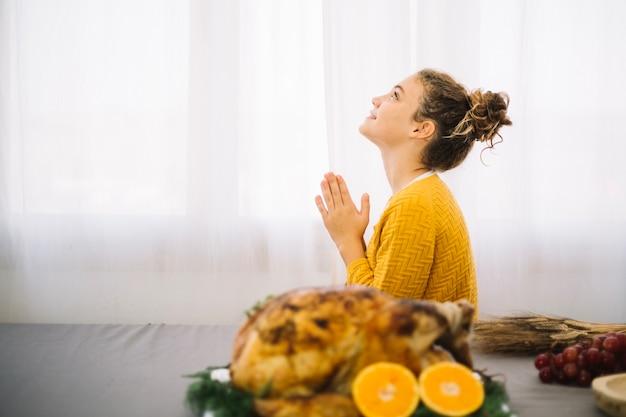 Platos de thanksgiving con mujer agradecida