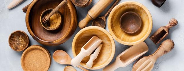 Platos vacíos de madera para cocinar sobre fondo de hormigón gris. concepto de desperdicio cero. endecha plana.