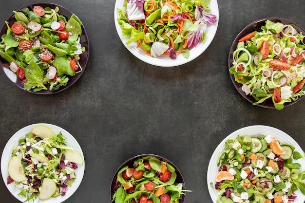 Platos de vista superior con ensaladas variadas