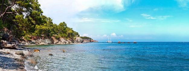 Playa de antalya con mar mediterráneo en turquía
