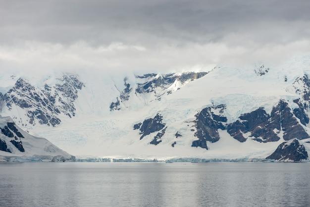 Playa antártica con glaciares y montañas