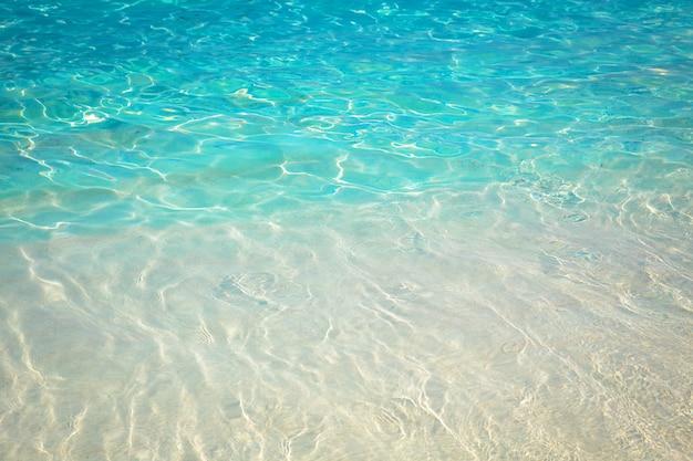 Playa de arena y aguas cristalinas del mar