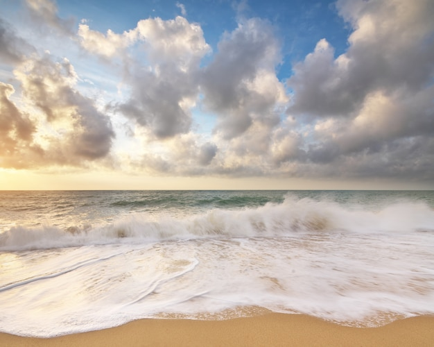 Playa de arena al atardecer.