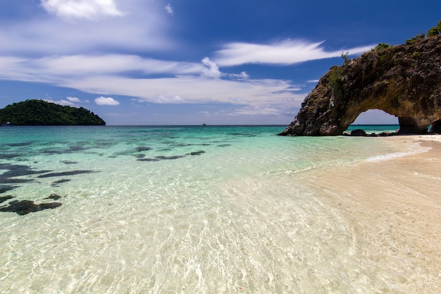Playa y arena con azul océano, cielo hermoso, koh lipe, tailandia
