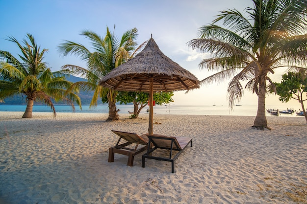 Playa de arena blanca con sombrilla de madera en la isla de lipe tailandia
