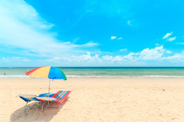 Playa de arena blanca con sombrilla.