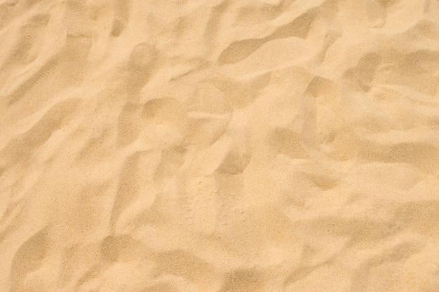 Playa de arena fina en el sol de verano.