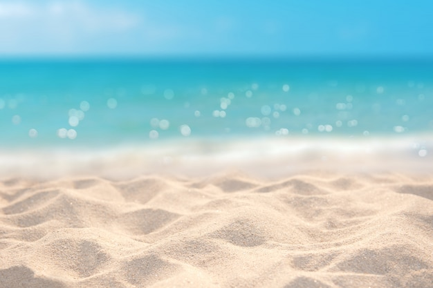 Playa de arena con mar azul claro