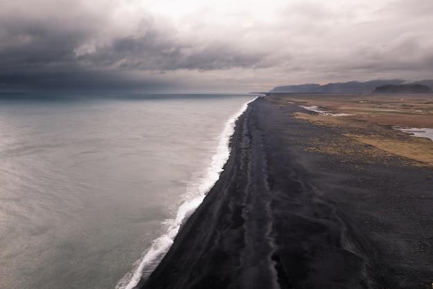 Playa de arena negra de reynisfjara en el sur de islandia