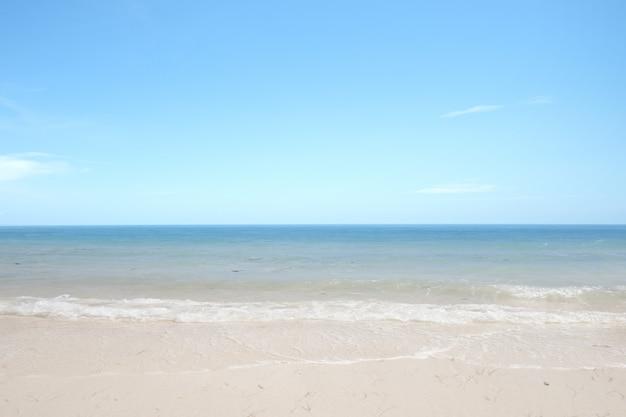Playa de arena con el océano azul