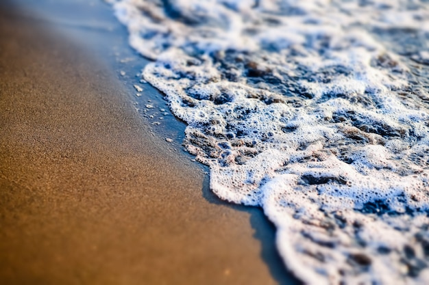 Playa de arena y olas del mar al atardecer. georgia, magneti
