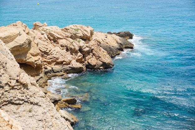 Playa de benidorm en día de verano.