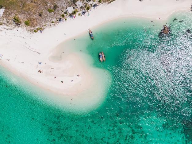 Playa blanca con arrecifes de coral en el mar tropical en la isla de lipe