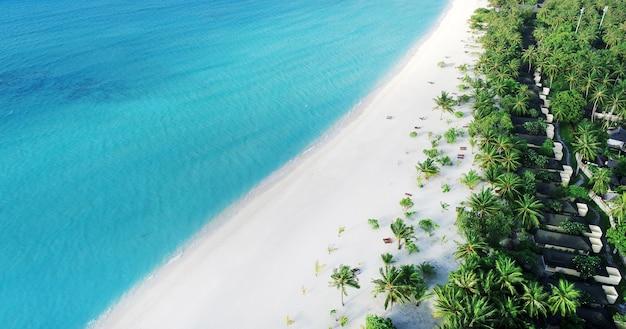 Playa con bungalows de agua en maldivas