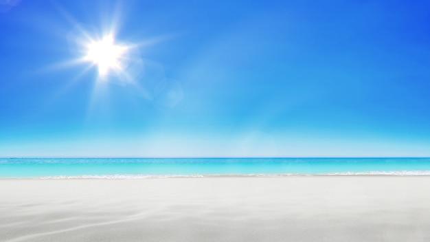 Playa de castillos de arena sobre fondo de cielo azul brillante