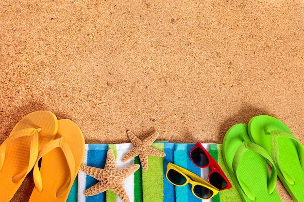 Playa con chanclas y otros elementos