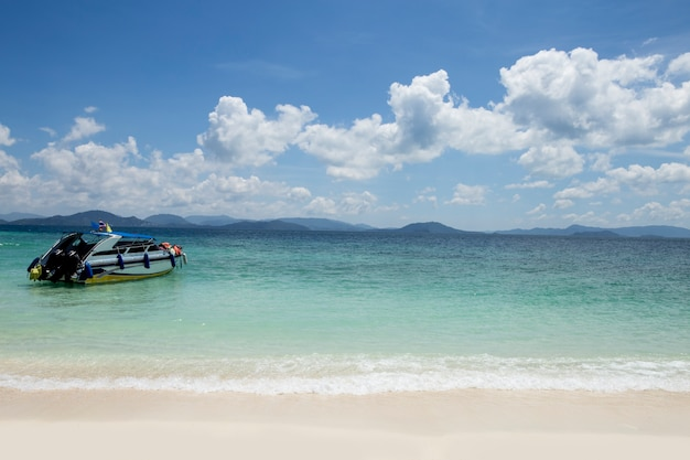 Playa y cielo azul. concepto de negocio.