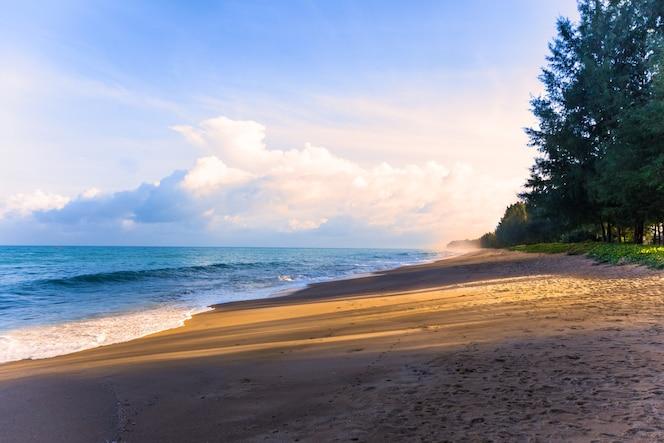 Playa de phuket, tailandia con luz de la mañana