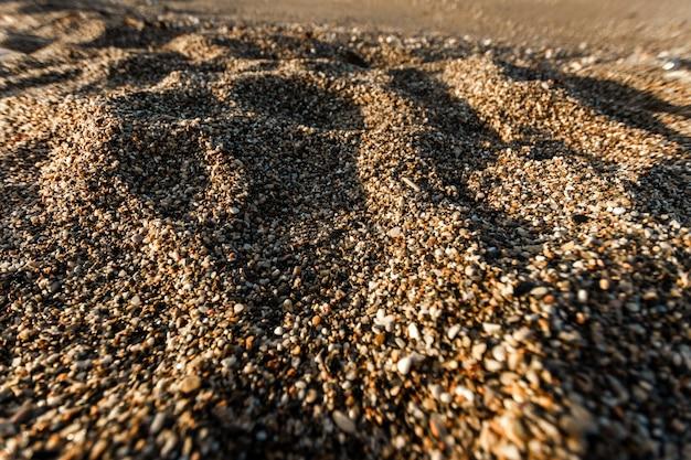 Playa de gravilla. concepto de viaje, descanso, caminar sobre la carga.