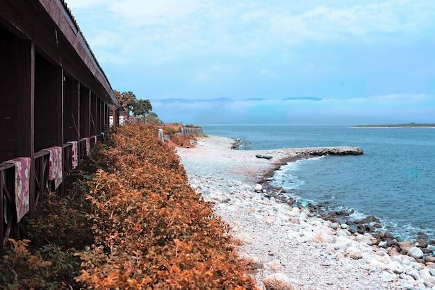 Playa de gravilla en la orilla del mar de japón