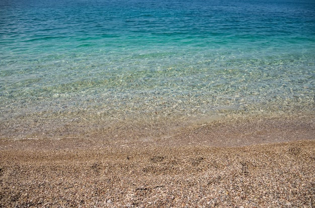 Playa de guijarros cálidos en la costa del adriático.