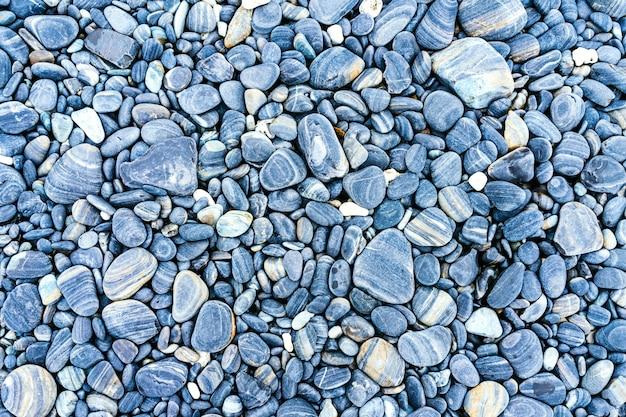 Playa de guijarros del mar con piedras multicolores.