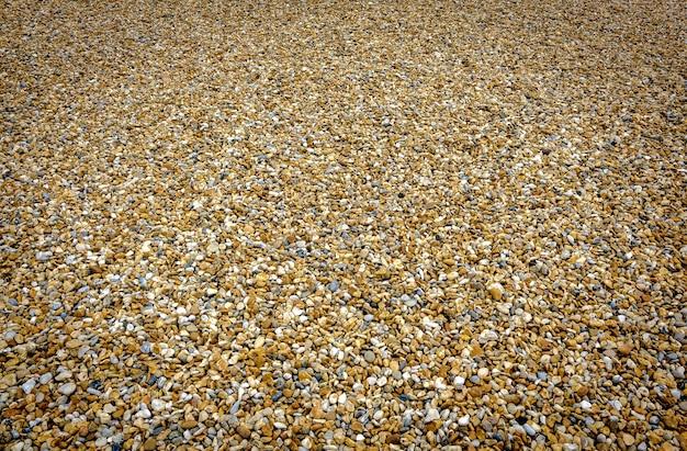 Una playa de guijarros vacía en la costa sur de inglaterra.