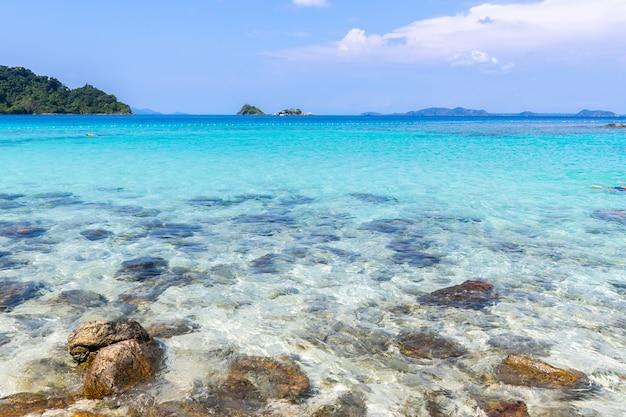 Playa hermosa vista marino de la isla de koh chang en la provincia trad del este de tailandia sobre fondo de cielo azul