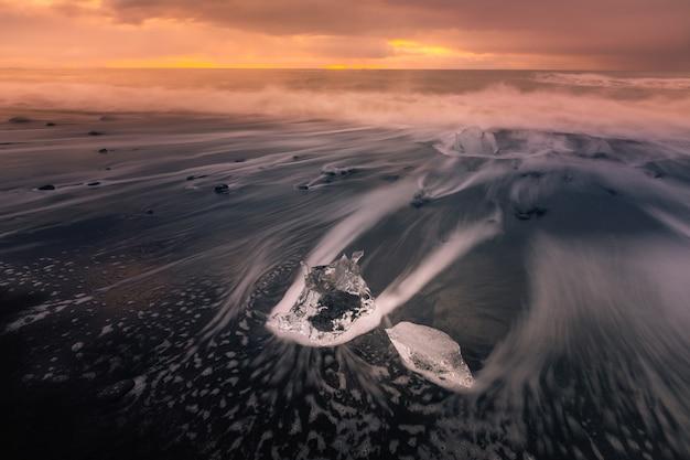 Playa de hielo de diamante junto al glaciar de la laguna jokulsarlon desde el glaciar vatnajökull en el sur de islandia.