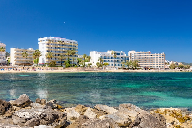 Playa y hoteles de la ciudad turística de cala millor. mallorca, españa