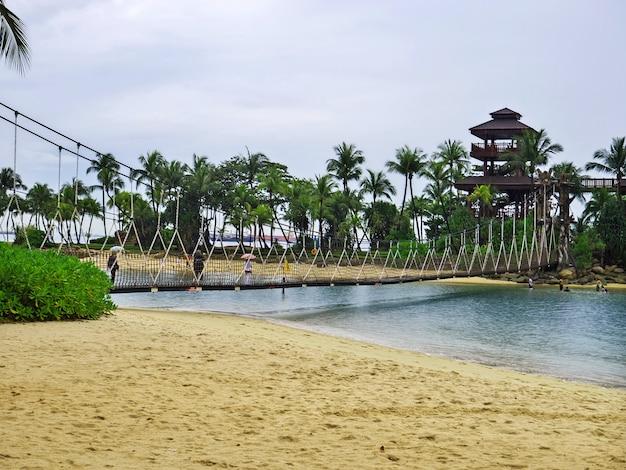 La playa en la isla de sentosa, singapur