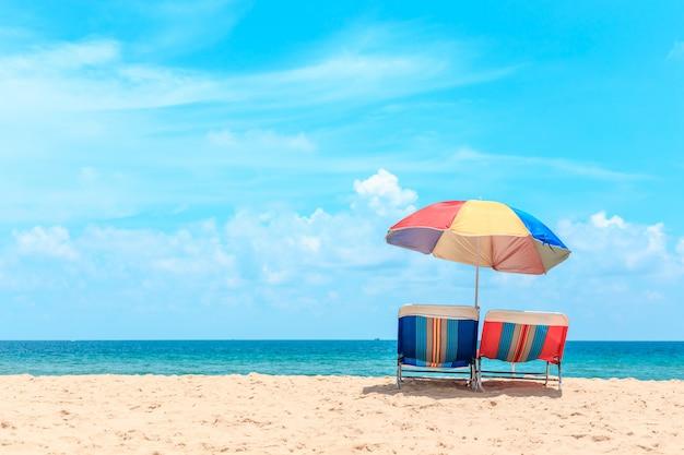 Playa de ka-ron en phuket, tailandia. playa de arena con sombrilla de playa. verano, viajes, vacaciones y concepto de vacaciones.