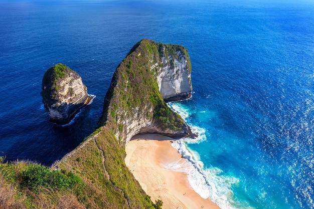 Playa de kelingking en la isla de nusa penida, bali, indonesia