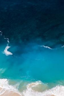 Playa de kelingking en la isla de nusa penida en el fondo de indonesia
