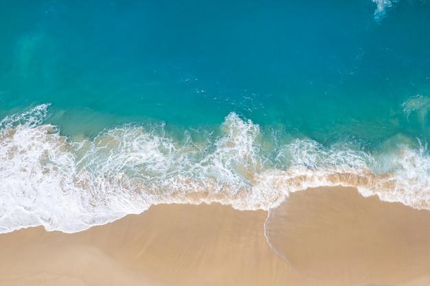 Playa de kelingking en la isla de nusa penida en indonesia
