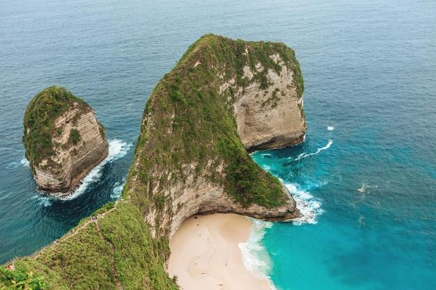 Playa de kelingking en nusa penida, bali, indonesia.