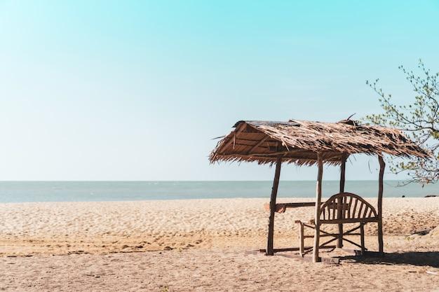 Playa limpia de la naturaleza tropical y arena blanca en verano con el cielo azul claro del sol y el fondo del bokeh.