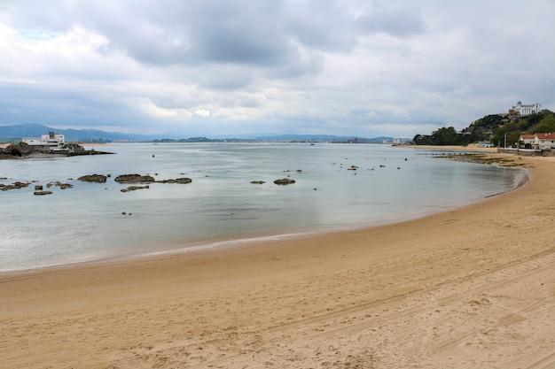 Playa magdalena con algunas nubes blancas.