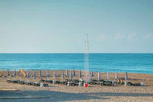 Playa de la mañana, reposeras para recreación, mar. concepto de vacaciones, descanso, caminar en el barco.