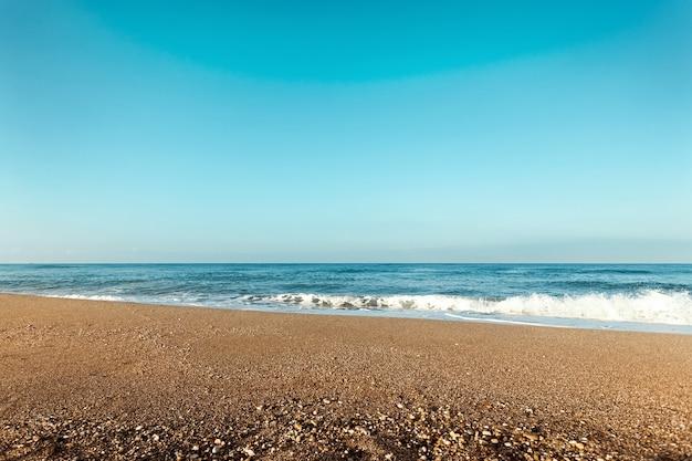 Playa, mar azul, olas. laptop, descansar, caminar por la playa.