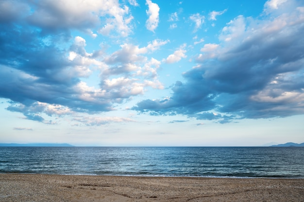 Una playa y el mar egeo, cielo parcialmente nublado, grecia