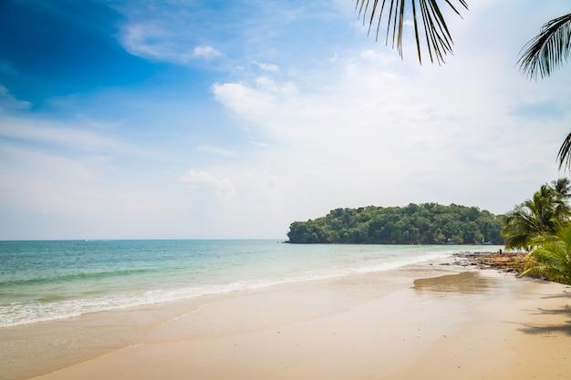 Playa con el mar sin olas y nubes