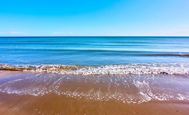 Playa de mar con olas suaves - fondo panorámico