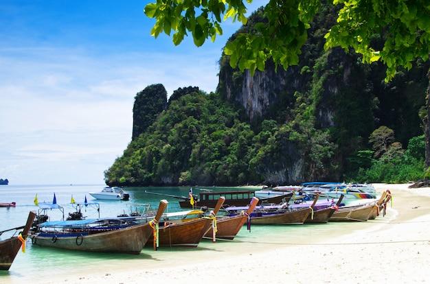 Playa y mar tropical con botes