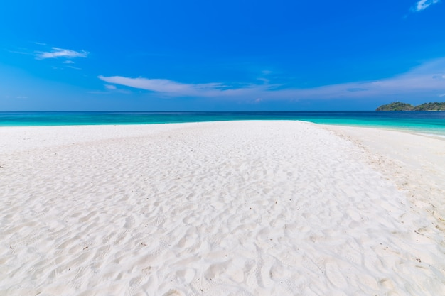 Playa paradisíaca y el cielo azul en la isla khai en la provincia de satun, tailandia