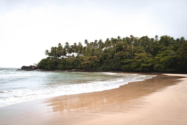 Playa paraíso en medio de la jungla en asia